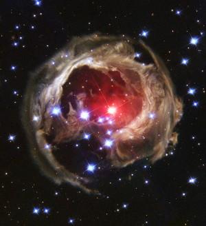 V838은 외뿔소자리에 있는 변광성으로 지구에서 약 2만 광년 떨어져 있다. 2002년 초신성 폭발을 일으켰으며 가장 밝을 때는 6.75등급이었다. 평상 시에는 15.6등급으로 육안으로는 관측할 수 없는 천체다.  - NASA 제공